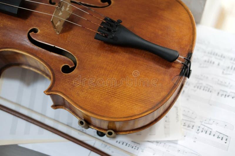 说谎在活页乐谱的小提琴 免版税图库摄影