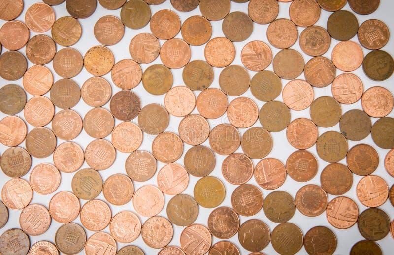 说谎在白色桌上的许多硬币被隔绝 免版税库存照片