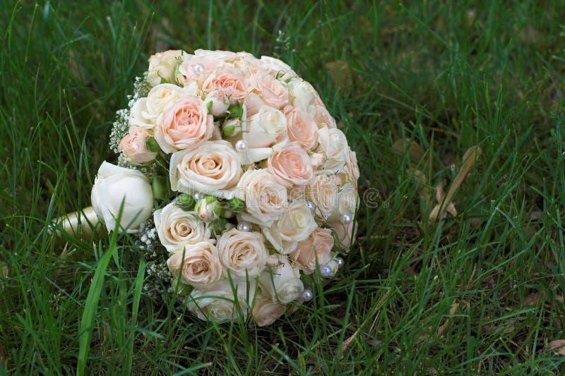 说谎在绿草的新娘花束 图库摄影