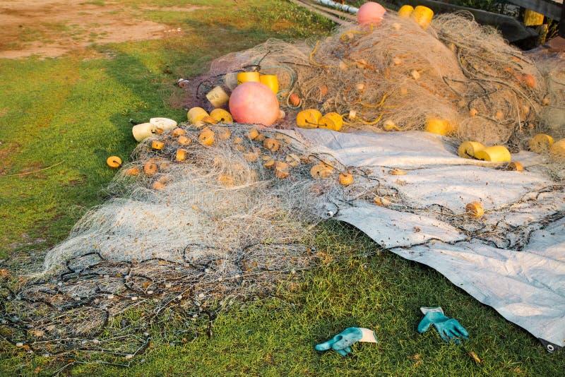 说谎在草的鱼网堆 库存照片
