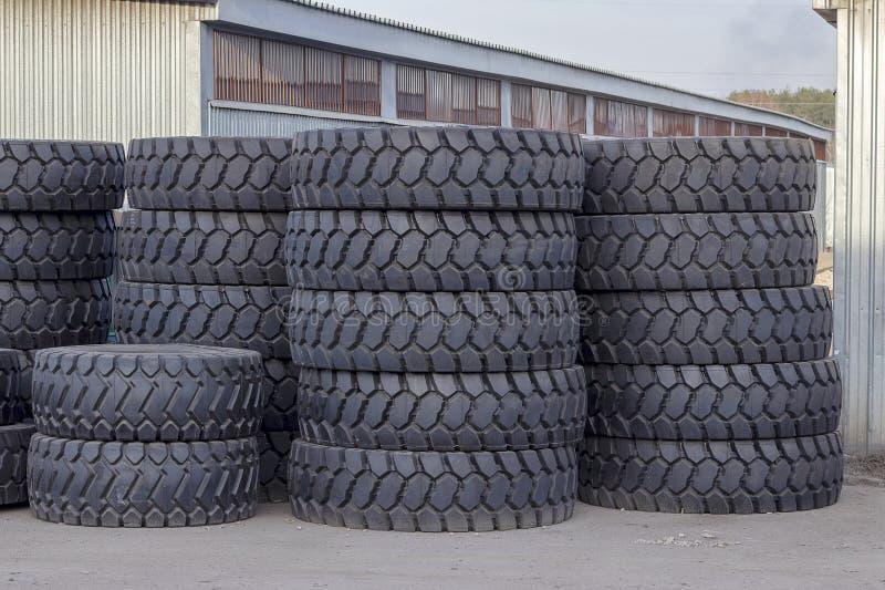 说谎在街道上的卡车的大橡胶轮胎 与大黑轮胎特写镜头 免版税库存图片