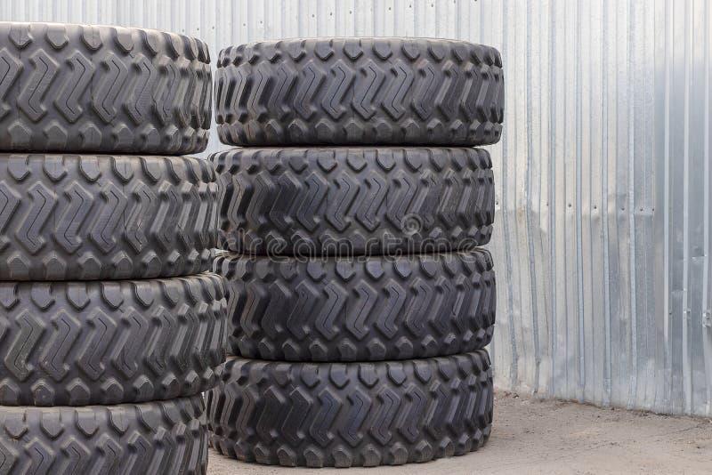 说谎在街道上的卡车的大橡胶轮胎 许多与大踩的新的轮胎特写镜头是 免版税库存图片
