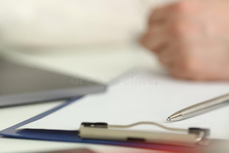 说谎在被打开的笔记本板料特写镜头的银色笔 免版税库存图片