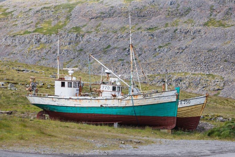 说谎在patrekfjordur westfjords的海滩的两条老小船 库存照片