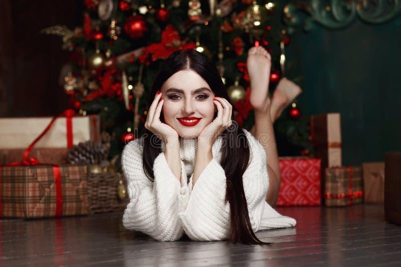 说谎由树的美丽的女孩 礼物,新年 库存图片