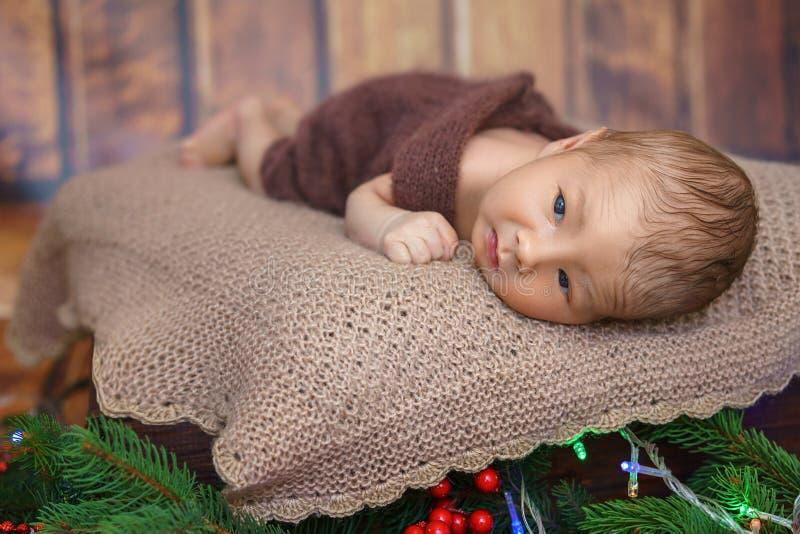 说谎表面上的小婴儿男孩 图库摄影
