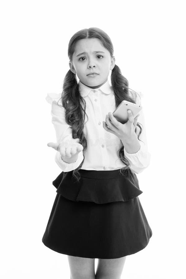 请一个更电话 女小学生请求允许在学校使用手机 取缔在学校 女孩学生学校 免版税库存照片