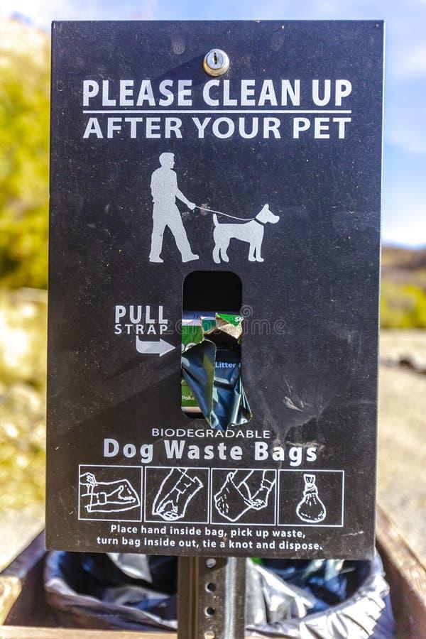 请在您的宠物标志以后清扫与袋子 免版税库存图片