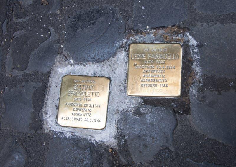 请愿一个被递解的犹太人的死亡的黄铜匾 免版税图库摄影