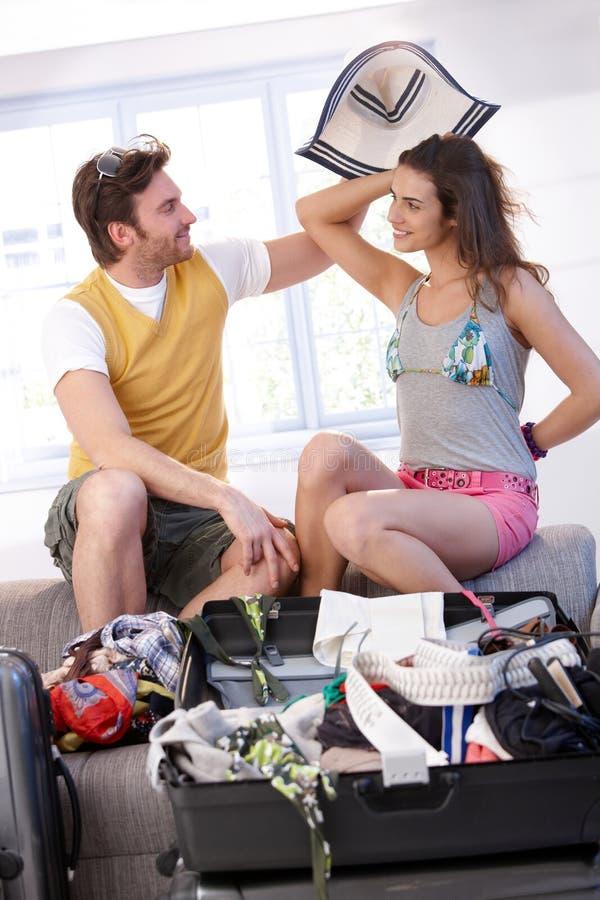 请求夫妇去的装箱夏天假期年轻人 库存图片