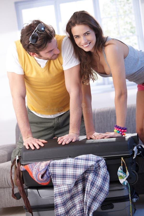 请求夫妇去的装箱夏天假期年轻人 库存照片