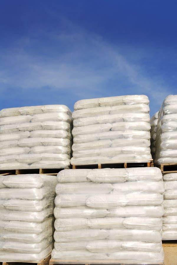 请求沙袋堆积白色的货盘大袋 图库摄影