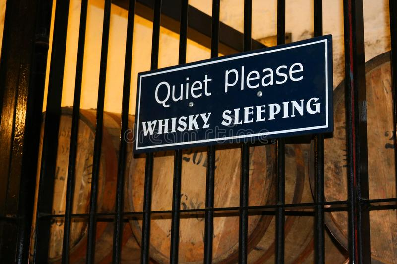 请沉寂威士忌酒与桶的睡觉标志威士忌酒 图库摄影