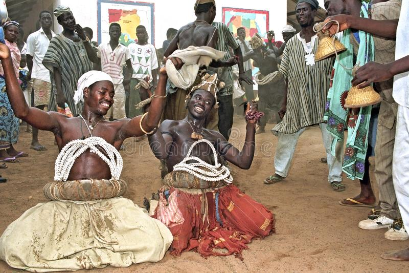 请跳舞礼节舞的加纳的人对神 免版税库存图片