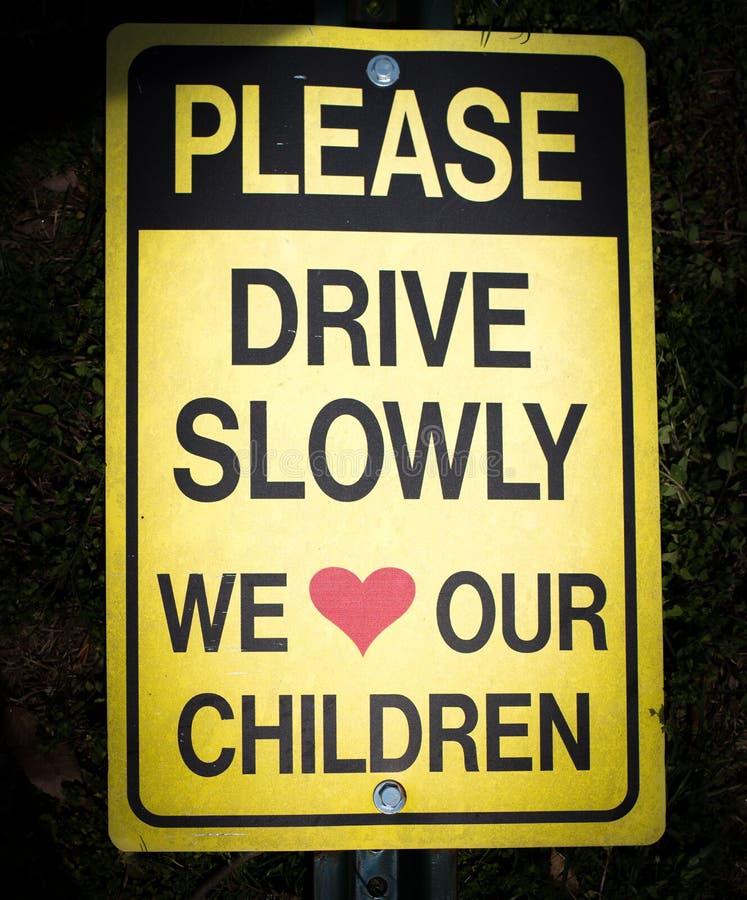 请驾驶我们慢慢地爱我们的儿童标志 免版税库存图片