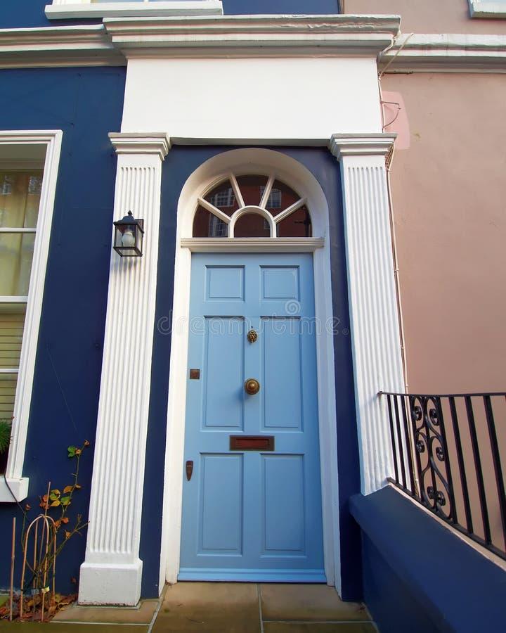 诺丁山,伦敦,与浅兰的被成拱形的门的五颜六色的入口 免版税库存照片