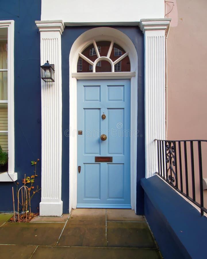 诺丁山,伦敦,与浅兰的被成拱形的门的入口 库存图片