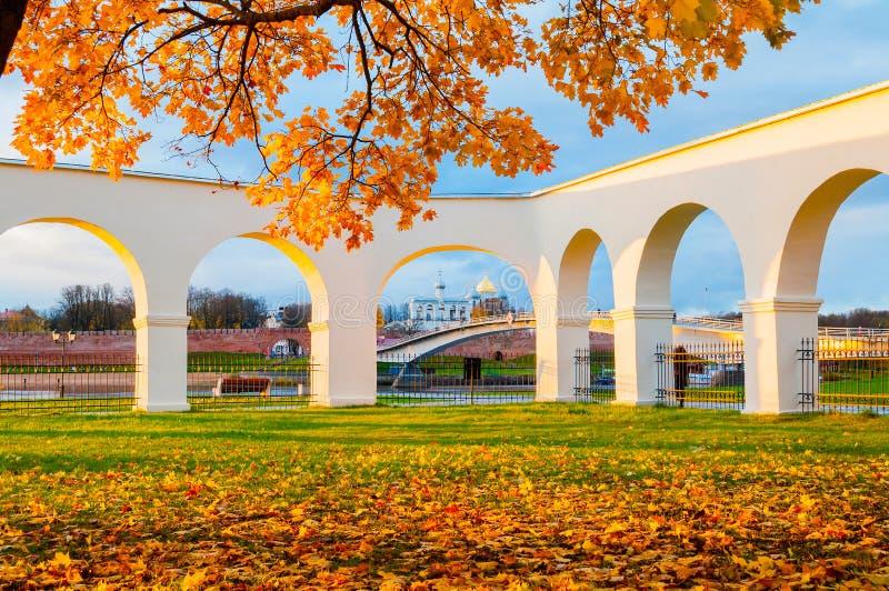 诺夫哥罗德克里姆林宫和Yaroslav庭院成拱形, Veliky诺夫哥罗德,俄罗斯 秋天日落视图 免版税图库摄影