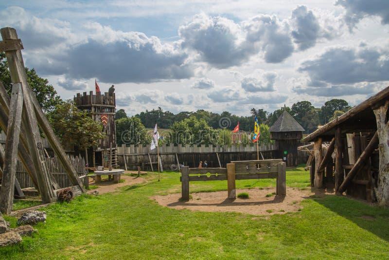 诺曼底人城堡,村庄重建,追溯到1050 孩子教育中心与日常生活和滑雪的示范 库存图片