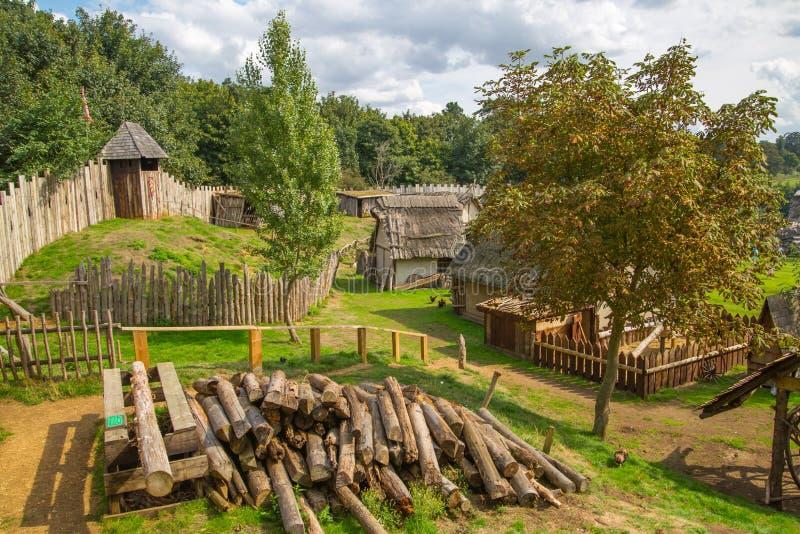 诺曼底人城堡,村庄重建,追溯到1050 孩子教育中心与日常生活和滑雪的示范 图库摄影