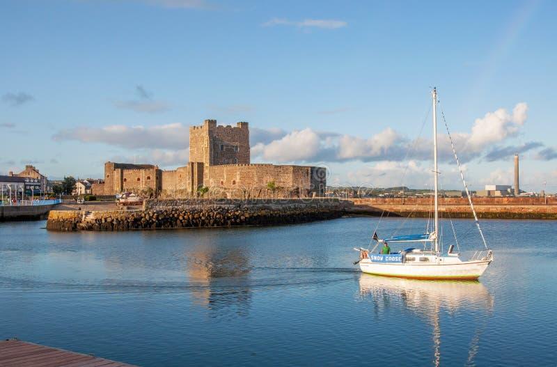 诺曼底城堡和游艇在贝尔法斯特附近的Carrickfergus 图库摄影