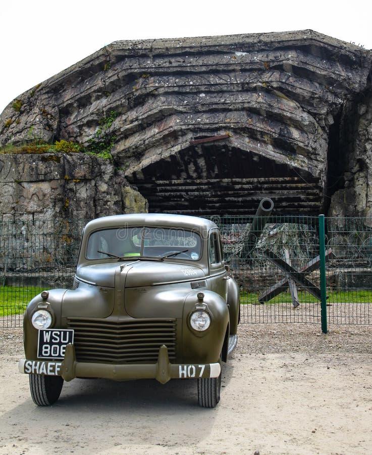 诺曼底,法国;2014年6月4日:诺曼底,法国;2014年6月4日:老U S 在二战期间的军车在前面的显示 图库摄影