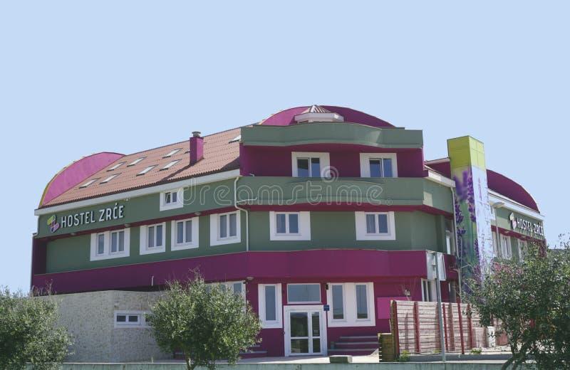 诺瓦利亚,克罗地亚, 25 2018年4月 旅舍Zrce,五颜六色的大厦在诺瓦利亚,在海滩Zrce附近在Pag海岛  库存照片
