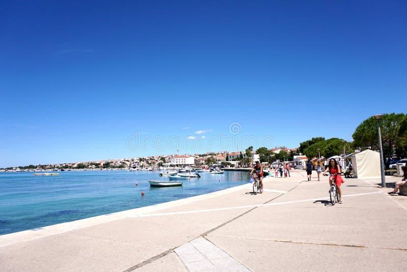 诺瓦利亚,克罗地亚, 2018年6月23日 旅游地方诺瓦利亚在克罗地亚,在Zrce海滩附近 免版税库存照片