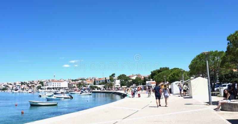 诺瓦利亚,克罗地亚, 2018年6月23日 江边在诺瓦利亚在一个晴朗的夏日 免版税库存图片