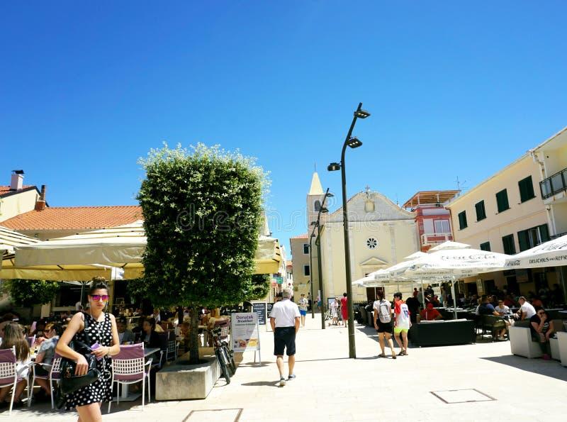 诺瓦利亚,克罗地亚, 2018年6月23日 镇诺瓦利亚,在Zrce海滩附近的旅游地方的中心 免版税图库摄影
