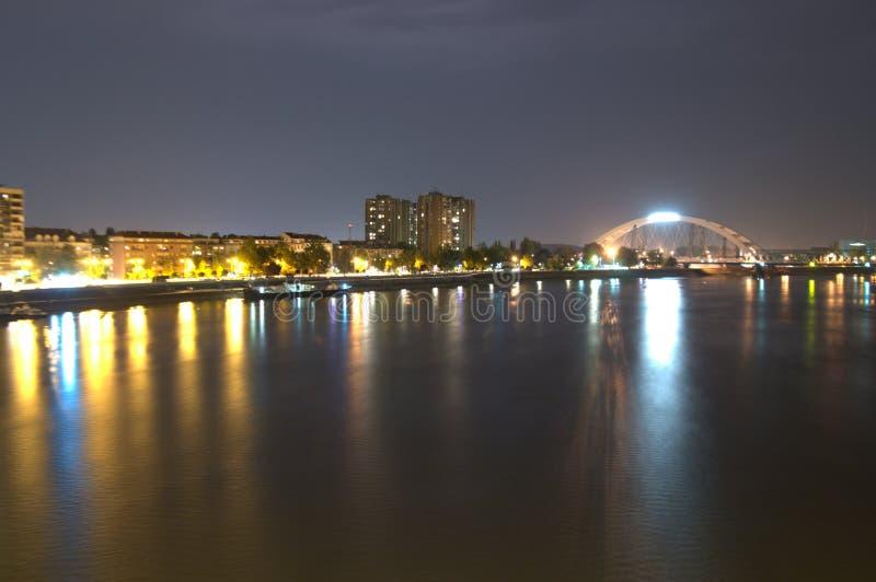 诺维萨德夜射击了在桥梁多瑙河donau河 免版税库存图片