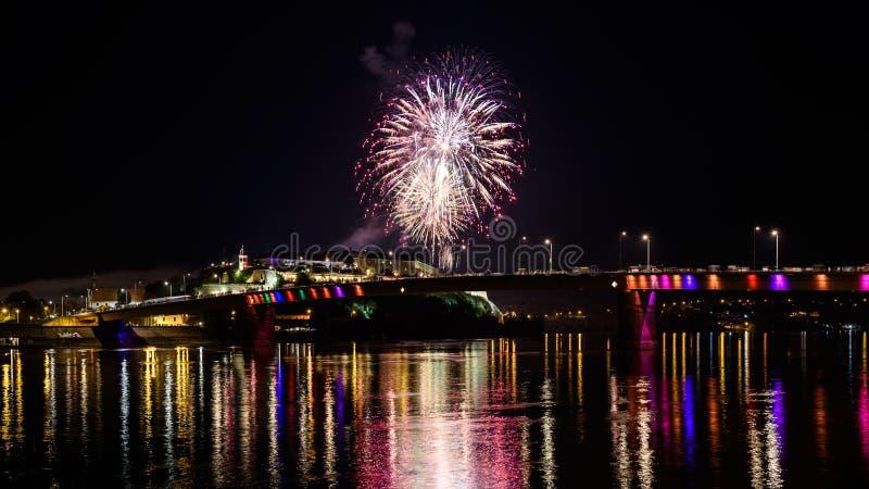 诺维萨德/Serbia - 2018年7月12日:烟花在出口音乐节首场演出  免版税库存照片