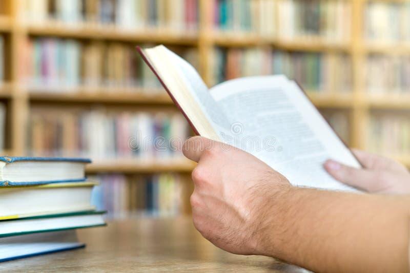 读一本书的人或学生公开或学校图书馆 免版税库存图片