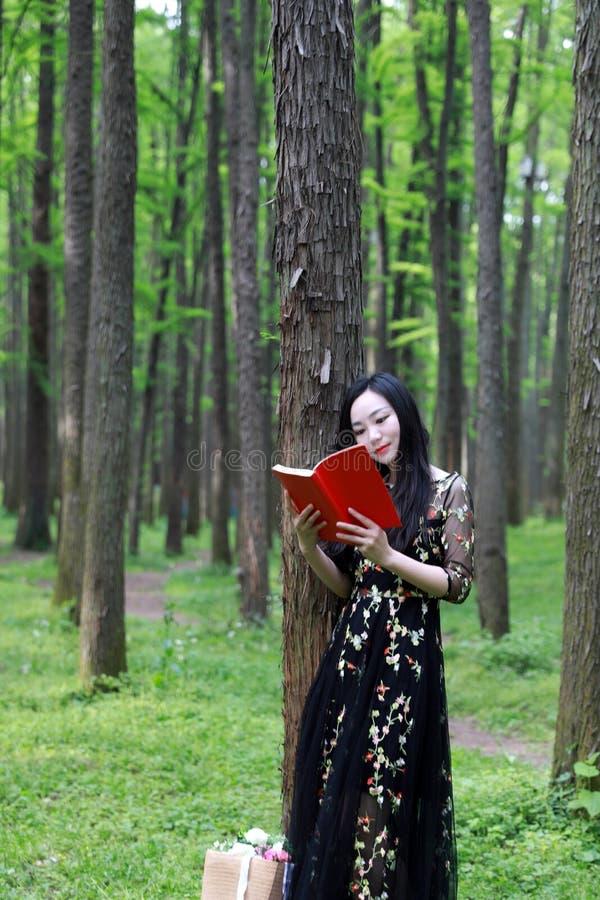 读书摊在开花树下 库存图片