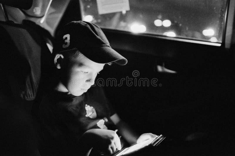 读书男孩 免版税库存照片