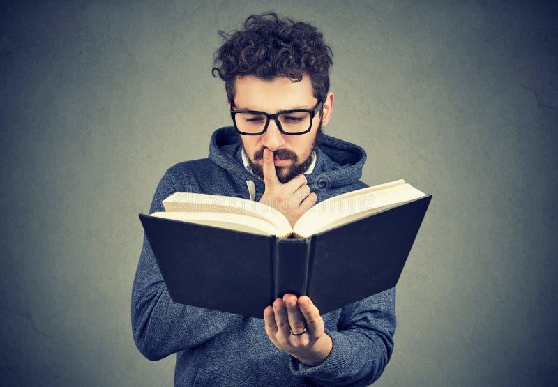 读书的困惑的人 免版税库存照片