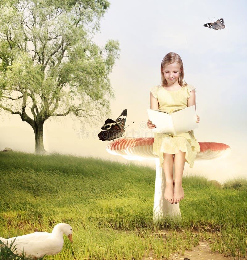 读书的女孩在蘑菇 库存图片