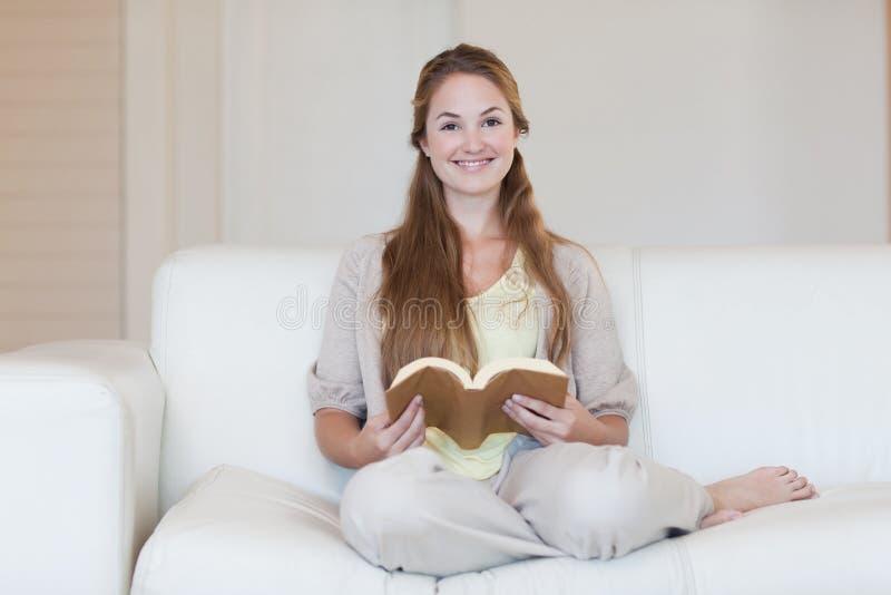 Download 读书的妇女在长沙发 库存图片. 图片 包括有 沙发, 小说, 有吸引力的, 白种人, 内部, 休息室, 快乐 - 22350157