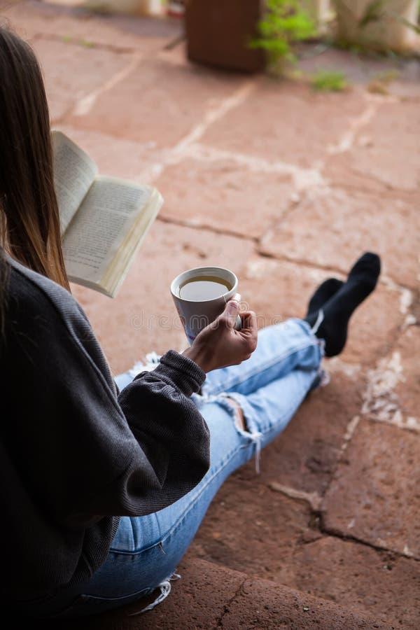 读书的妇女 免版税库存图片