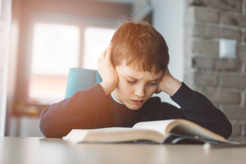 读书的孩子在书桌 免版税图库摄影