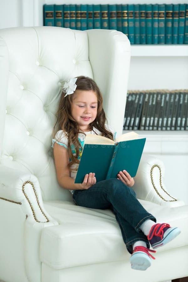 读书的美丽的少妇女孩 免版税图库摄影