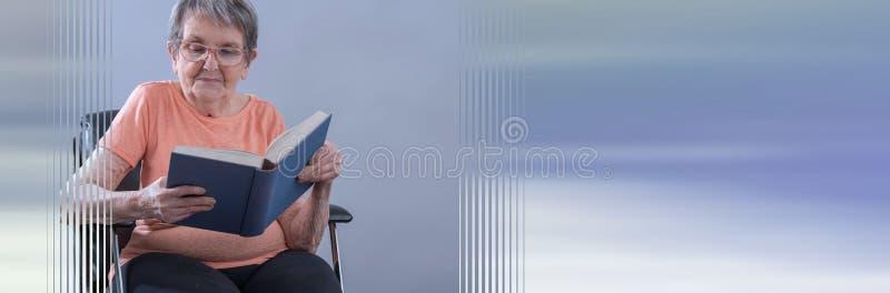 读书的资深妇女;全景横幅 免版税库存图片