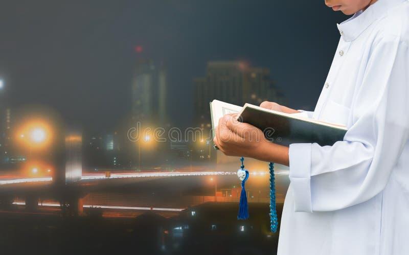 读书,古兰经的回教孩子 免版税库存照片