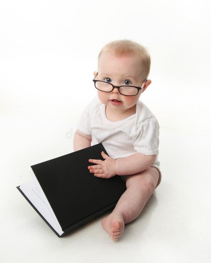 读佩带的婴孩玻璃 免版税库存照片