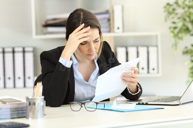 读信的担心的执行委员在办公室 库存图片