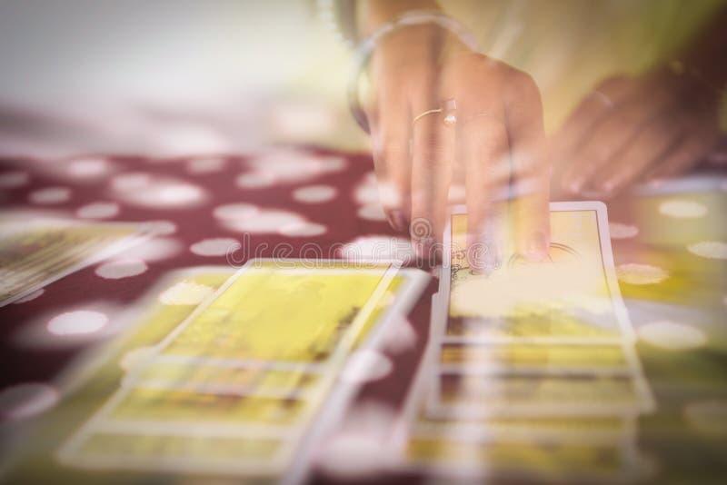 读占卜的占卜用的纸牌-通灵读书和洞察力算命先生一定手概念,与作用过滤器迷离 免版税库存照片