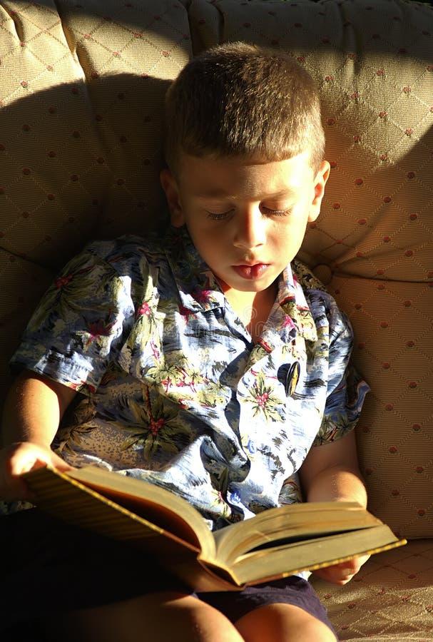读取小孩 免版税库存照片