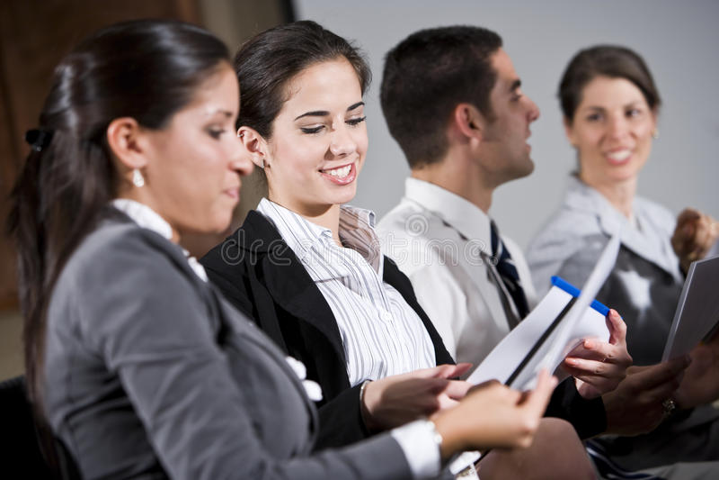 读取报表行坐的妇女年轻人 免版税库存图片