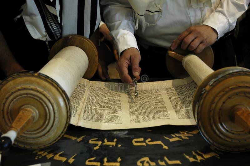 读取犹太教堂torah 免版税库存图片