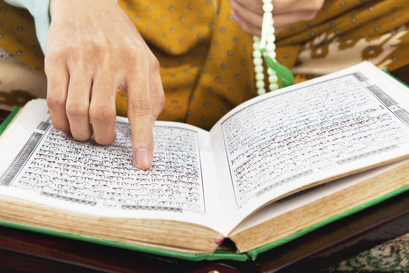 读取Al古兰经 免版税库存照片